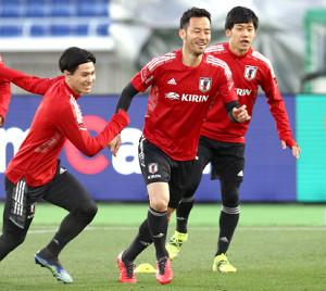 ボール回しで汗を流す吉田(中)(左は南野、右は遠藤)