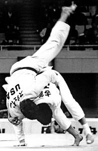 87年正力杯国際学生柔道で、切れ味鋭い背負い投げを決める古賀稔彦さん(右)
