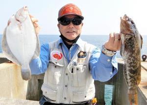 マコガレイ28センチとアブラメ37・5センチを釣った渡辺さん