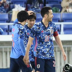前半17分、山根視来(右から2人目)のゴールで先制し歓喜する日本イレブン