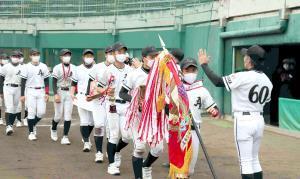 7年ぶりの優勝を決めた松原ナインを村田監督(右)はハイタッチで出迎えた