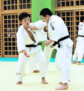 後輩と乱取りする加藤遼馬選手(左)