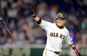 9回無死、サヨナラ右越えソロ本塁打を放つ亀井善行(カメラ・中島 傑)