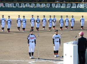 開会式で宣誓する、駒沢女子の伊藤七海(左)と島根中央の片山あずみ(