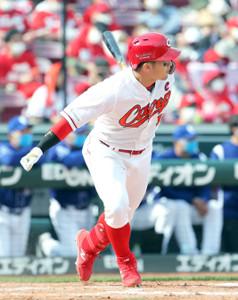 4回無死一、二塁、鈴木誠也が左前に適時打を放つ
