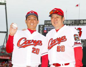 プロ初登板で初セーブを挙げた栗林良吏(左)がウイニングボールを手に佐々岡真司監督の祝福を受ける