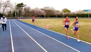 駒大の唐沢拓海(右端)が男子5000メートルで20年度日本人学生7位の好記録でトップを取った。大八木弘明監督(左端)もいつも通り熱いゲキを飛ばした