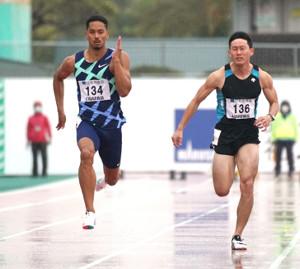 今季初戦となる100メートルで10秒35をマークしたケンブリッジ飛鳥(左)