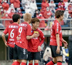 後半22分にゴールを決め、仲間と喜び合う嶋田(中央)