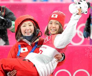 18年平昌五輪銅メダルの高梨をお姫様抱っこする山田さん
