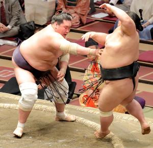 貴景勝(右)を押し出しで破り優勝を決めた照ノ富士