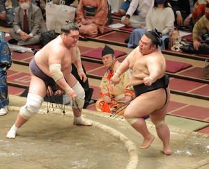照ノ富士(左)は押し出しで貴景勝を破り優勝を決めた(カメラ・池内 雅彦)