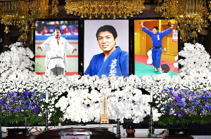 祭壇に飾られた柔道の五輪金メダリスト、古賀稔彦さんの遺影(代表撮影)