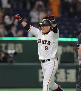 26日、サヨナラ本塁打を放ちガッツポーズで生還する亀井善行