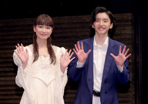 フォトセッションに登場した(左から)茅島みずき、道枝駿佑(カメラ・竜田 卓)