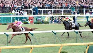 92年の日本ダービーを4馬身差で完勝したミホノブルボン(左)