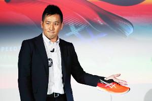 アシックスの新シューズ「メタスピードスカイ」を紹介する竹村氏