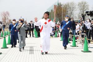 群馬1日目第3区間の太田市民会館付近で聖火ランナーを務めた堀江翔太(代表撮影)
