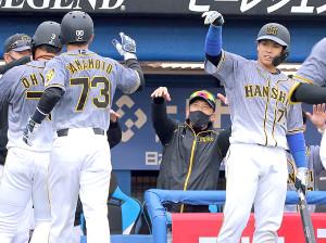 笑顔のハッピーハンズでナインを迎える矢野監督(中央)