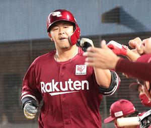 2回無死、左中間に先制の1号ソロ本塁打を放った浅村栄斗は、ベンチでチームメートの出迎えを受ける