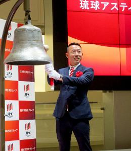 東京証券取引所の鐘を鳴らす琉球・早川周作代表(東京証券取引所で)