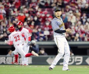 6回1死二塁、菊池涼介(左)に先制の左前適時打を打たれた西勇輝
