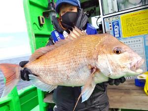5.53キロの大型マダイを釣り上げた平山さん(大さん弘漁丸提供)