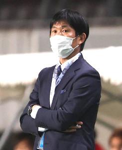 試合を見守る森保一監督(カメラ・宮崎 亮太)