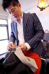古賀さんの最後のオーダースーツを手がけた田渕正伸氏(本人提供)