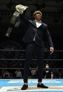 お披露目されたIWGP世界ヘビーのベルトを掲げる初代王者・飯伏幸太(新日本プロレス提供)