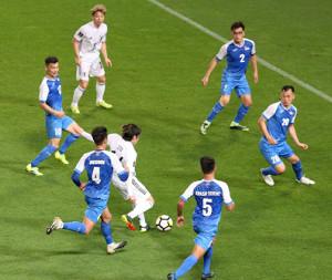 後半、伊東純也(左から4人目)がこの日自身2得点目のゴールを決める(代表撮影)
