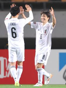 後半23分、チーム7点目のゴールを決め遠藤(左)とハイタッチする稲垣(カメラ・宮崎 亮太)