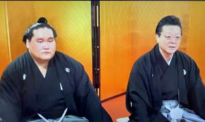 大関昇進伝達式後、会見を行う照ノ富士(左)と師匠の伊勢ケ浜親方