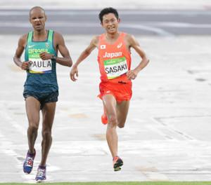 リオ五輪で競り合う佐々木悟氏(右)