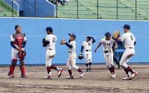 決勝進出を決め喜ぶ大阪泉州ナイン