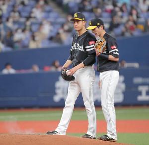 初回1死、中川に先制2点二塁打を打たれた大竹耕太郎(右は周東佑京)