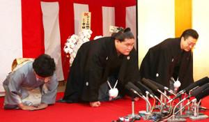 15年5月、大関昇進の伝達を受ける照ノ富士(左)