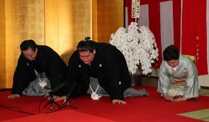 大関再昇進の伝達を受ける照ノ富士(中央)と伊勢ケ浜親方夫妻 (代表撮影)