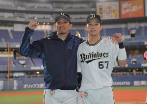 笑顔でガッツポーズをする増井浩俊(左)と中川圭太(カメラ・義村 治子)