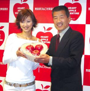 04年、長女の白羽玲子さんとイベントに出席した沢村忠さん