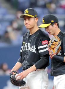 1回1死満塁、中川圭太に先制となる左越えへの2点二塁打を打たれた大竹耕太郎(右は周東佑京=カメラ・義村 治子)
