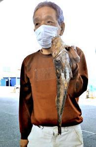 42センチのアブラメを釣った徳吉さん