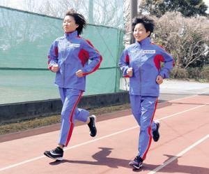 足並みをそろえて練習するスズキACの町(左)と太田