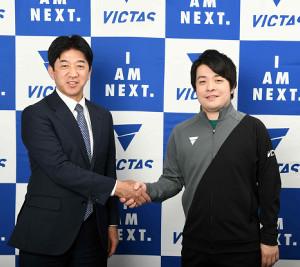 VICTASとアドバイザリー契約を結んだ岸川聖也(左は松下浩二社長、同社提供)