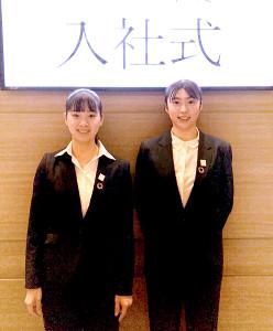 日本生命に入社した(左から)長崎美柚、麻生麗名(日本生命提供)