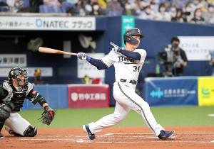 1回無死一、三塁、吉田正尚は先制となる右前適時打を放つ
