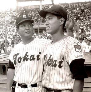 第56回高校野球選手権。甲子園球場で肩を並べる東海大相模原・原辰徳と父・貢監督。1974年8月撮影