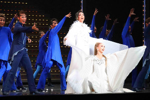 兵庫・宝塚大劇場で開幕した宝塚花組公演のショー「Cool Beast!!」の「カエルム―天国―」で歌う柚香光(中央)、華優希(右)、瀬戸かずや(左)