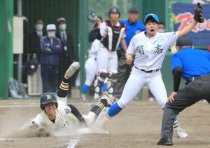 7回1死二塁、履正社・谷本晴望(左)が一塁へ滑り込むがアウト。右は開志学園投手の柴田琉那(カメラ・軍司 敦史)