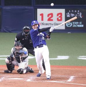 8回1死二、三塁、木下拓哉が左中間へ同点の2点適時二塁打を放つ(捕手・梅野隆太郎)
